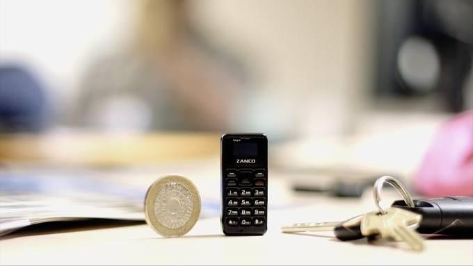 أصغر هاتف فى العالم يتعرض لإختبار المتانة فهل يستطيع الصمود ؟