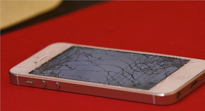 شباب تركيون يحطمون هواتفهم الـ iphone إحتجاجا على قرارات ترامب